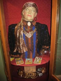 this HF member hacked a spirit ball head & a curio cabinet into a great fortune tellers booth!