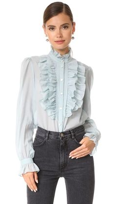 ¡Consigue este tipo de blusa con volantes de TEMPERLEY LONDON ahora! Haz clic para ver los detalles. Envíos gratis a toda España. Temperley London Strawberry Ruffle Shirt: Narrow shutter pleats and layered ruffles form the bib on this airy Temperley London blouse. Curved hem. Long sleeves with flounced cuffs. Semi-sheer. Fabric: Voile. 70% cotton/30% silk. Dry clean. Imported, China. Measurements Length: 24in / 61cm, from shoulder Measurements from size 4 (blusa con volantes, voilé, voile...