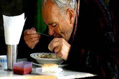 Étterembe vitte idős édesapját ez a férfi. Ami ezután történt, mindenkinek könnyeket csalt a szemébe!Meghívta egy vendéglőbe, hogy Ethnic Recipes, Food, Meal, Essen