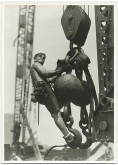 Construction of the Empire State Building was one of the most remarkable feats of the 20th century. It took only 410 days to build, by 3,400 workers, many of them desperate for work at the height of the Depression. The work force was made up largely of immigrants, along with hundreds of Mohawk Indian iron workers.