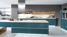 Küche in smaragdfarbigen Glasfronten und olivfarbenen Glasfronten erhältlich. www.kuechen-meyer.de #kuechen #KuechenMeyer #meyer #kuechenplanung