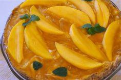 Helppo raakakakku - mangojuustokakku Raw Food Recipes, Dessert Recipes, Desserts, Flan, Cheesecakes, Thai Red Curry, Mango, Baking, Fruit
