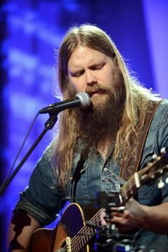Chris Stapleton. This man is the talented writer behind most of the biggest country music hits that have made many artists skyrocket to popularity!! Love him and his voice! He needs to release his own album!!! Old Singers, Famous Singers, Country Music Hits, Country Artists, Country Singers, Outlaw Country, Country Men, Chris Stapleton, Music Genius