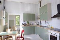 Haapasaaren ja Anderssonin keittiö on viimeistelyä vaille valmis. Puuseppä maalsi aidot 40-luvun yläkaapit ja teki samaan tyyliin sopivat alakaapit, työtason ja vetimet. Puuseppä toteutti myös puisen avohyllyn Haapasaaren suunnitelmien mukaan. Kitchen Time, Kitchen Dining, Kitchen Cabinets, Arch Interior, Interior Design, Cottage Design, Retro Home, Cozy House, Home Renovation