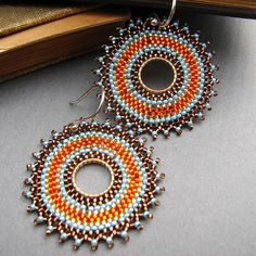 Circular Brick Stitch Earrings with good tips Seed Bead Earrings, Crochet Earrings, Beading Projects, Beading Tutorials, Beading Patterns, Beaded Jewelry, Handmade Jewelry, Jewellery, Brick Stitch