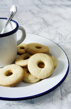 Biscolatte, i frollini alla panna. Cookies with single cream http://www.silviaferrante.com/2016/06/i-biscolatte-biscotti-alla-panna-simil-macine.html