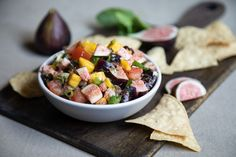 This fresh fig salsa recipe combines figs with mango and jalapeno pepper!  #salsarecipe #chipsandsalsa #freshsalsa #freshfigs Fig Recipes, Snack Recipes, Snacks, Green Fig, Fresh Green, Fig Appetizer, Appetizers, Sin Gluten