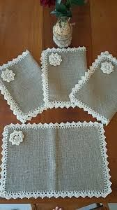 This Pin was discovered by Zeeideiasfelizesdeco rendas e crochetDiscover thousands of images about Burlap Placemats Vintage Lace Flowers Shabby Chic by rusticproject Crochet Fabric, Crochet Doilies, Knit Crochet, Crochet Kitchen, Crochet Home, Burlap Crafts, Diy And Crafts, Crochet Borders, Crochet Patterns