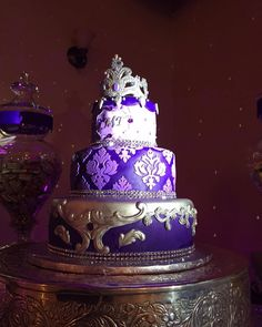 What a beautiful stand-out #wedding #cake with a @RentMyWedding #cakespotlight!