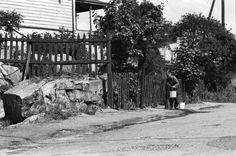 Mies vesipostilla Eevankadun/Hertankadun? seutuvilla Länsi-Pasilassa. 1970