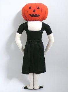 Pumpkin doll, poupée à tête de citrouille, Halloween, Tim Burton, Poupée dessinée aux feutres textiles, 24 cm de haut, Un Radis m'a dit, boutique : https://www.alittlemarket.com/boutique/un_radis_m_a_dit-815807.html