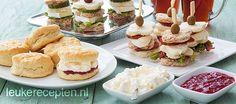 10x high tea recepten | Leukerecepten.nl High Tea Sandwiches, Party Sandwiches, Tea Recipes, Sweet Recipes, English High Tea, High Tea Food, Tea Snacks, Brunch Buffet, Decadent Cakes