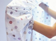 Learn how to fold fitted sheets with these step-by-step instructions from HGTV. Diy Vestidos, Folding Fitted Sheets, Smelly Towels, Creative Beds, 2017 Decor, Sewing Class, Diy Pillows, Step By Step Instructions, Getting Organized