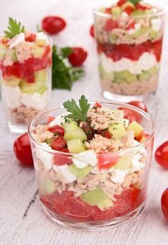 Verrine toute fraîche : concombre-feta-tomate et thon Frische Verrine: Gurken-Feta-Tomaten und Thunfisch Fingers Food, Paleo Recipes, Cooking Recipes, Tuna Recipes, Good Food, Yummy Food, Snacks, Cooking Time, Food Inspiration