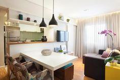 Cozinha americana integrada com sala de jantar e sala de estar. Soluções em marcenaria para driblar espaço em apartamento pequeno. Projeto de reforma e design de interiores para apartamento de 50 m2 no Brooklin, São Paulo.