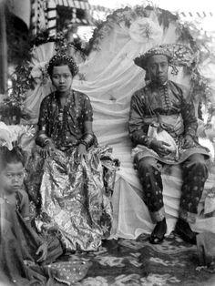 COLLECTIE TROPENMUSEUM Huwelijk tussen de broer van de raja van Bitjara_en de nicht van de Sultan van Bima, Sumbawa.