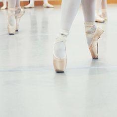 Danse danse danse  Vous ai-je déjà dit que j'aimais la danse ?  ces deux jours intenses de danse classique étaient tellement géniaux : 5h hier 4h aujourd'hui (et un cours de Pilates pour finir en beauté) je n'ai plus de jambes mais je suis heureuse !  #ballet #danse #danseclassique #pointeshoes #reherseal