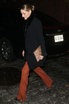 WHO: Olivia Palermo at the launch of Livelihood in New York on February 7 2017 WHAT SHE WORE: Olivia wore black Dior coat, black faux fur scarf, burnt orange pants from Max&Co, Tabitha Simmons pumps and leopard print Aerin clutch Olivia Palermo Street Style, Olivia Palermo Outfit, Olivia Palermo Lookbook, 2016 Fashion Trends, Orange Fashion, Love Her Style, Preppy Style, Mode Style, Fashion Pants