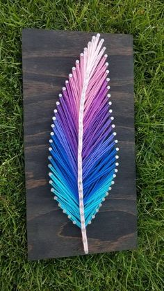 , Arte de cuerda de pluma multicolor , This feather art piece is the perfect gift for your loved one or even for yourself! The feather is on a by thick board. Can be customiz. Hilograma Ideas, Art Ideas For Teens, String Art Templates, String Art Patterns, String Art Tutorials, String Art Diy, String Crafts, Resin Crafts, Feather Art