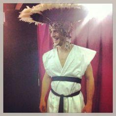 Alejo Sauras llevando la corona hecha por Beth McGowan para la obra de teatro El Eunuco.
