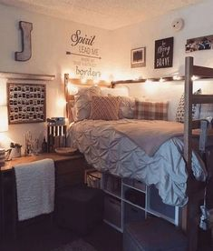 No matter what the size or layout of a dorm room – organization is a must! No matter what the size or layout of a dorm room – organization is a must! With small spaces, the College Bedroom Decor, Cool Dorm Rooms, College Dorm Rooms, Dorm Room Storage, Dorm Room Organization, Organization Ideas, Storage Ideas, Bed Storage, Organizing Tips