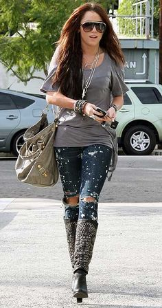 Miley Cyrus Knee High Boots - Miley Cyrus paired her ripped jeans with rockin' knee high studded boots. Distressed Jeans Outfit, Blue Ripped Jeans, Jeans Skinny, Denim Outfit, Black Skinnies, Distressed Denim, Denim Jeans, Crop Top Noir, Boyish Outfits