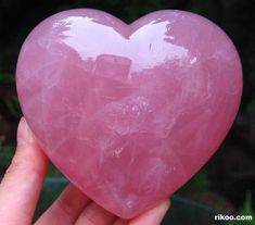 A description of the characteristics and uses of rose quartz in daily living, and in helping emotional and physical problems Crystals Minerals, Rocks And Minerals, Crystals And Gemstones, Stones And Crystals, Quartz Rutile, Crystal Aesthetic, Rose Quarts, Crystal Healing Stones, Rose Quartz Crystal