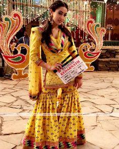 Sara Ali Khan Beautiful HD Photoshoot Stills & Mobile Wallpapers HD Bollywood Outfits, Bollywood Dress, Pakistani Outfits, Bollywood Fashion, Indian Outfits, Bollywood Actors, Dress Indian Style, Indian Fashion Dresses, Indian Wear