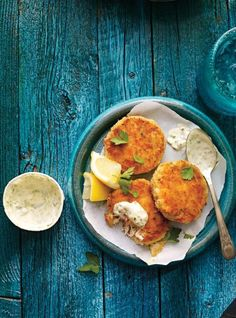 Crab cakes by Ricardo Cuisine Crab Cake Recipe Easy, Fish Recipes, Seafood Recipes, Ricardo Recipe, Confort Food, Tabasco, Cooking Courses, Crab Cakes, Fish And Seafood