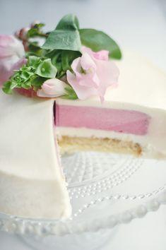 Kage med hvid chokolademousse, hindbærmousse og pistaciecrunch