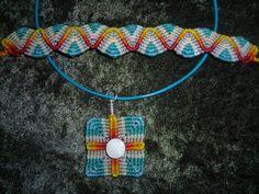 Pulsera y dije en triangulos, elaborado por Consuelo de Aranguren... imagen extraída de Facebook, Agosto 2014, Jezz Moon