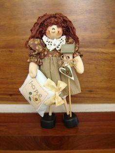 Boneca em madeira MDF, pintada à mão, roupa e cabelo em tecido 100% algodão, nacional e/ou importado. Frete por conta do cliente. R$ 179,00