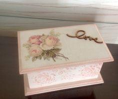 Linda caixa para quem adora batom!  Seus batons sempre organizados!    Porta batom em mdf para 15 batons. Decorada com a palavra love e flores.    Romântico!    Perfeita para presentear quem amamos!