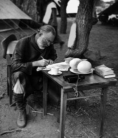 """Ernest Hemingway beim Schreiben im Camp; die Aufnahmen, die Earl Theisen 1953 für """"Look"""" gemacht hat, prägen das Bild Hemingways in der Öffentlichkeit. © Earl Theisen/Edition Olms Zürich"""