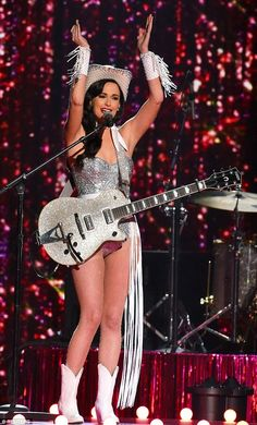Kacey Musgraves dons custom leotard, gloves, hat and guitar dazzling with crystals from Swarovski for the 2015 CMAs Country Music Artists, Country Singers, Country Music Stars, Female Guitarist, Female Singers, Motif Music, Emerald Gown, Musica Country, Kacey Musgraves
