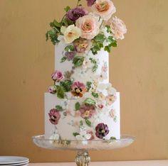 ちょっと人とは違った、ユニークなウェディングケーキでオリジナリティを出したい♡ という花嫁さま。アートのようにデザインの凝ったケーキや、ユニークなテーマのケーキなど、きっとみんなを驚かせせてしまうようなウェディングケーキを特集しました☆