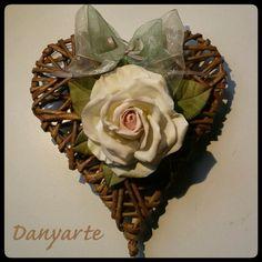 Cuore decorato con una delle mie rose in porcellana fredda.