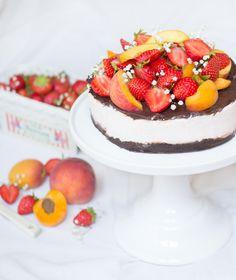 Joghurt-Eistorte mit Erdbeeren, Pfirsich und Aprikosen