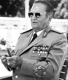 Der Personenkult um Tito erreicht - etwa zur gleichen Zeit wie der um die kommunistischen Staatschefs in den Nachbarländern Rumänien und Albanien - seinen Höhpunkt: Per Verfassungsänderung wird Titos Rolle für die Entstehung und Entwicklung der Republik Jugoslawien in die Verfassung aufgenommen; er wird als Staatspräsident auf Lebenszeit bestätigt.