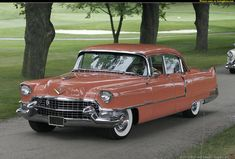 Cadillac Sixty Special Fleetwood 1955. Engine 5.42 litre 190 kW, with power steering, electric windshield washers standard. Options included a four-way electrically power bench seat and Bendix power drum brakes .