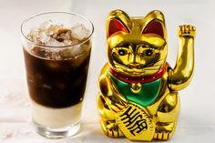 """Iced coffee made in Vietnam (cà phê sữa đá) Moi qui n'aime pas le café, je suis tombée sous le charme de ce café glacé découvert à Ho Chi Minh, une merveille!!! Rafraîchissant, délicat, sucré, PARFAIT :). On en trouve à tous les coins de rue et on ne s'en lasse vraiment jamais.A essayer de toute urgence. Pour la petite info, ce """"magnifique"""" chat porte-bonheur (le Maneki-Neko) est une statue japonaise que l'on trouve absolument partout en Asie (il est censé attirer la fortune), j'en ai fait…"""