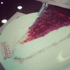 Cheesecake é sempre bom, se tiver cobertura de morango, então... #Tortarelli