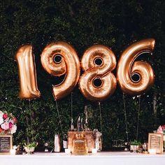 Decoración Cumpleaños 30. Todos ponen la edad, pero es mucho más original poner el año de tu nacimiento #Decoracionparafiestas #Decoracionesconglobo #Globosgigantes