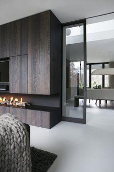 Modern fireplace: KAP+BERK - Villa te Bennekom