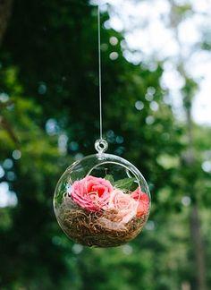 Idée suspension arbre : boule de verre, rose,...