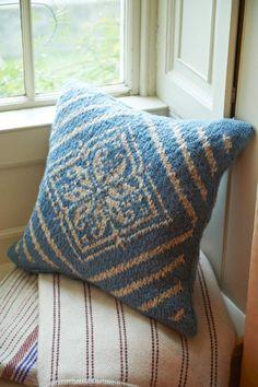 Knitted cushion love it! Knitted Cushion Covers, Knitted Cushions, Crochet Home, Knit Crochet, Knit Pillow, Yarn Shop, Learn To Crochet, Soft Furnishings, Sofa