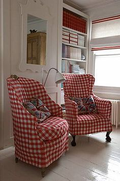 Love these red gingham chairs! Someday I want my living room to have these chairs and lots of red and blue gingham in my home! White Cottage, Cottage Style, Deco Champetre, Vibeke Design, Sweet Home, White Decor, Country Decor, Slipcovers, Family Room