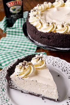 Irish Cream Pie ~ an easy dessert laced with Baileys and perfect for St. A chocolate cookie crust filled with a cream marshmallow and Irish Cream filling and topped with vanilla whipped cream! Baileys Recipes, Irish Recipes, Cream Pie Recipes, Tart Recipes, Pie Dessert, Dessert Recipes, Easter Recipes, Dessert Ideas, Easy Desserts