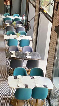 Hoy nos  colamos en @elmamon.restaurant para descubrir su nueva imagen ¡Un nuevo concepto de restaurante con diseño abierto, a cargo de @julia_brunet_  y @elequipocreativo!  .  Un interiorismo que mezcla estilos y fusiona el color con el binomio #blancoynegro en el suelo. Un diseño a la carta creado con el servicio de customización #ArtFactoryHisbalit 💕💕 Mosaic Floors, Dining Chairs, Hotels, Flooring, Furniture, Home Decor, Open Layout, Concept, Mosaics