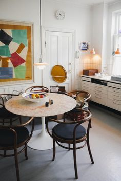 my scandinavian home: A Beautiful Danish Ceramicist's House By The Sea. Light-filled dining space with vintage tulip table and thong chairs Dream Furniture, Bench Furniture, Apartment Furniture, Apartment Kitchen, Kitchen Furniture, Furniture Design, Furniture Makeover, Furniture Ideas, Contemporary Outdoor Dining Furniture